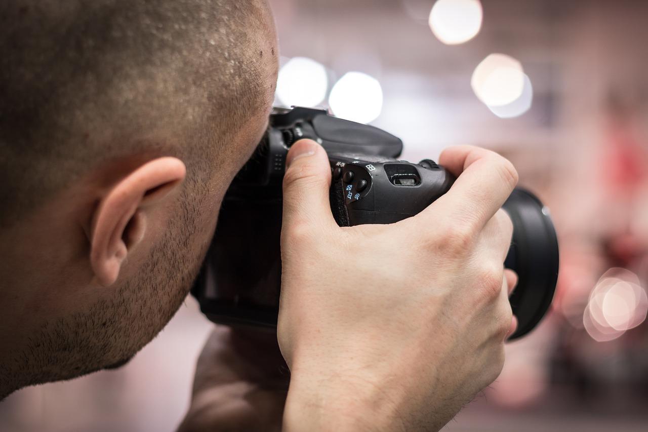 fotograf držící foťák