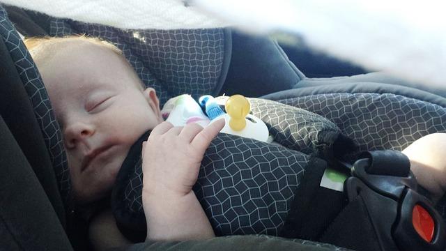 miminko v autosedačce