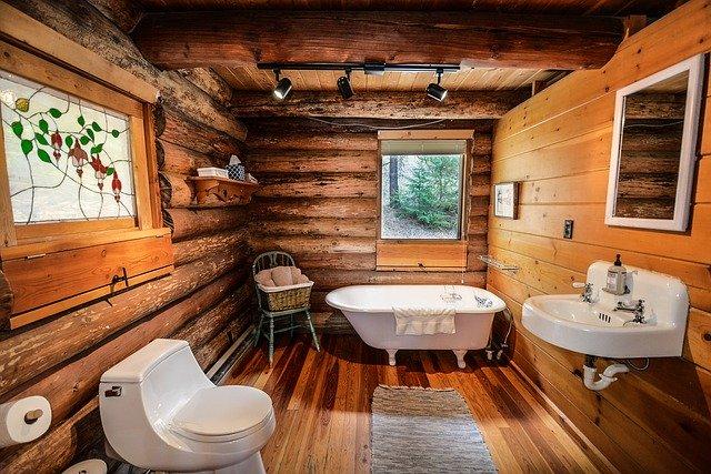 dřevěná koupelna ve srubu