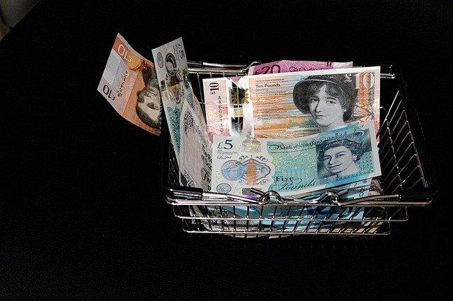 bankovky v nákupním košíku