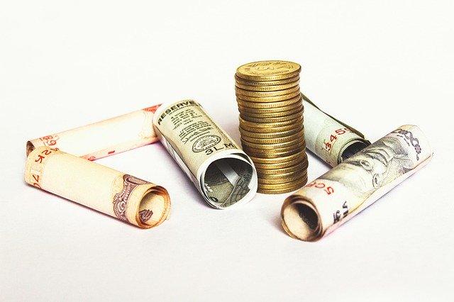 indická měna, bankovky, sloupec mincí