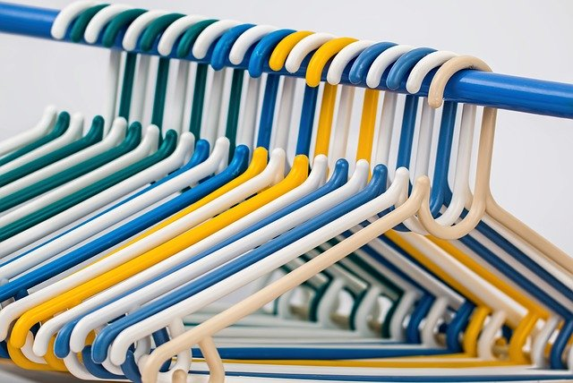 plastová ramínka na tyči