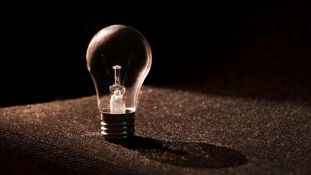 zhaslá žárovka na černém molitanu